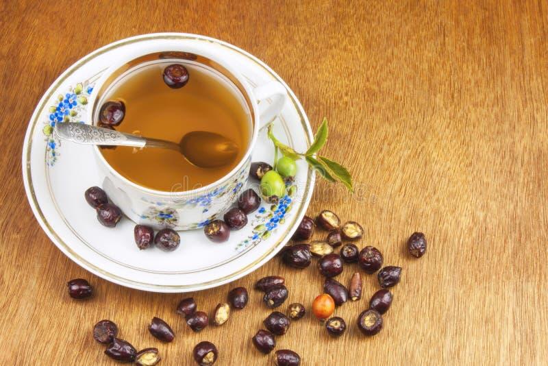 Download Gorąca Herbata Z Cytryną I Czerwieni Strzała W Stole Domowy Traktowanie Dla Zimn I Grypy Zdjęcie Stock - Obraz złożonej z roślina, pies: 57670750