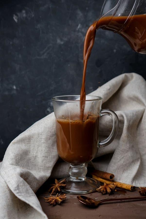 gorąca kakao w przezroczystym kubku z przyprawami fotografia stock