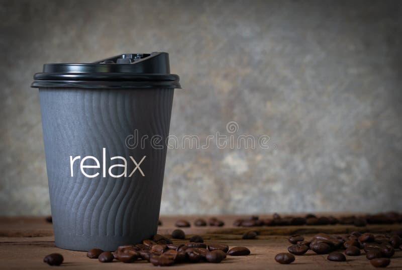 gorąca kawa dalej woonden stół z kawową fasolą zdjęcie stock