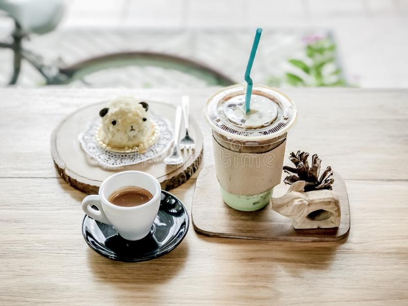 Gorąca kawa i lukrowa herbata z tortem zdjęcia royalty free