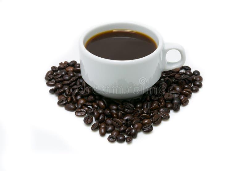 Gorąca kawa w białej filiżance kawowych fasolach i obrazy royalty free