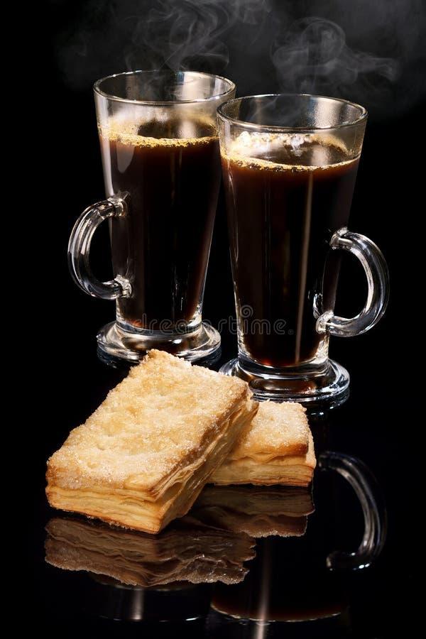 Gorąca kawa w dwa szklanych chuchach i kubkach fotografia stock
