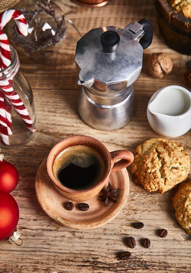 Gorąca kawa w glinianym kubku z gwiazdą zdjęcie royalty free