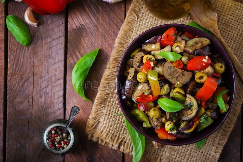 Gorąca korzenna gulasz oberżyna, słodki pieprz, oliwki i kapary, zdjęcie stock