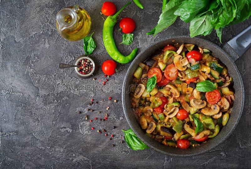 Gorąca korzenna gulasz oberżyna, słodki pieprz, pomidor, zucchini i pieczarki, obrazy stock