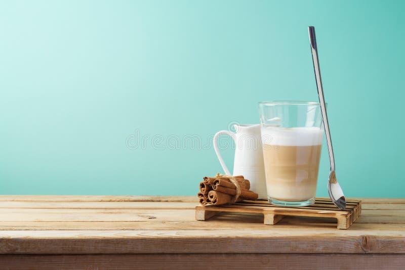 Gorąca Latte macchiato filiżanka na drewnianym stole zdjęcia stock