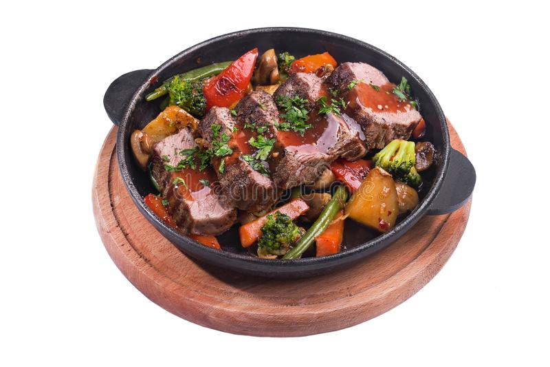 Gorąca metal niecka z pieczoną wołowiną i warzywami fotografia stock
