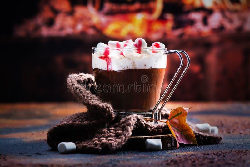 Gorąca miętowa czekolada z marshmallows i malinowym syropem zdjęcia stock