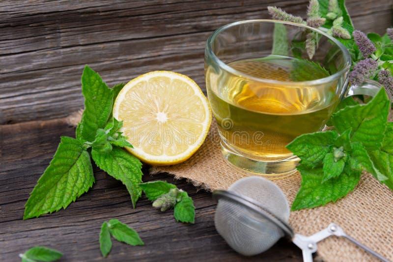 Gorąca miętowa herbata z cytryną na drewnianym tle obraz royalty free