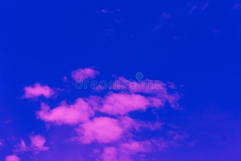 Gorąca pogoda, chmury patrzeje kolorową przed zmierzchem zdjęcia royalty free
