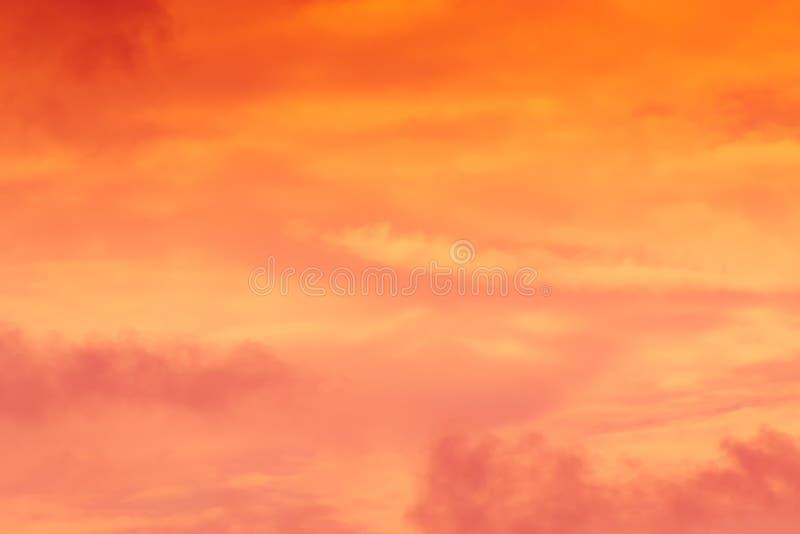 Gorąca pogoda, chmury patrzeje kolorową przed zmierzchem fotografia stock
