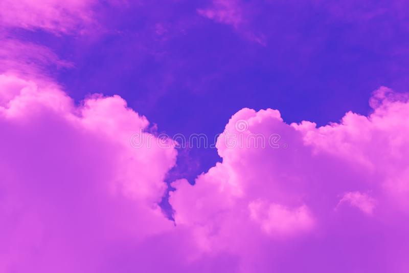 Gorąca pogoda, chmury patrzeje kolorową przed zmierzchem zdjęcie stock