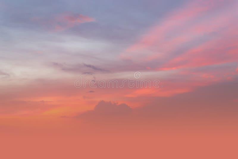 Gorąca pogoda, chmury patrzeje kolorową przed zmierzchem zdjęcia stock