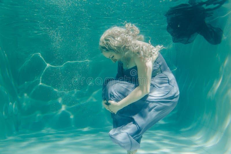 Gorąca Pyzata Curvy kobieta Pozuje Pod wodą w pięknym odziewa samotnie w głębokim obraz royalty free