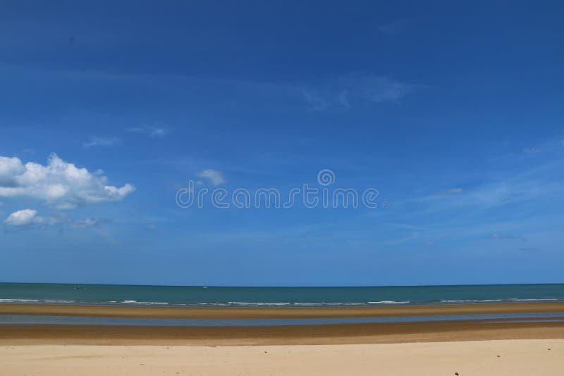 Gorąca słoneczny dzień plaża obraz stock