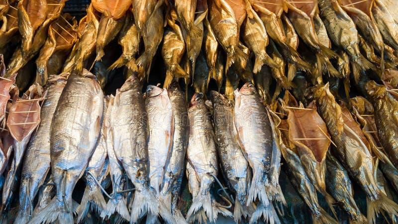 Gorąca uwędzona i wysuszona Baikal ryba na ulicznym rynku fotografia stock