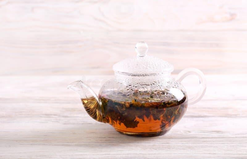 Gorąca ziołowa herbata w czajniku zdjęcia royalty free
