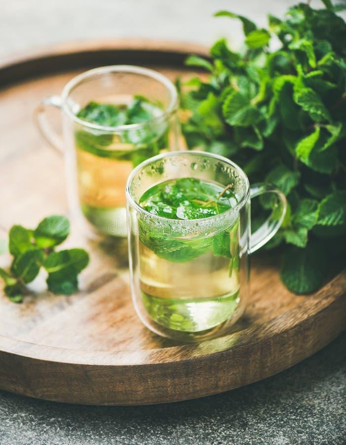 Gorąca ziołowa nowa herbata w szkło kubkach z liśćmi, zakończenie obraz stock