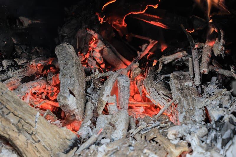 Gorące czerwone węgle w piecu zdjęcia royalty free