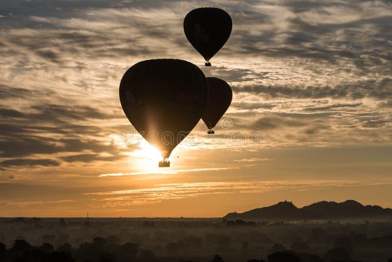 Gorące powietrze balon nad równiną Bagan w mglistym ranku, Myanmar obraz royalty free