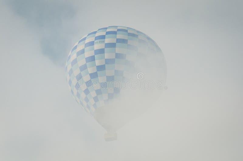 Gorące powietrze balon w chowanym w chmurze w Teotihuacan obraz stock