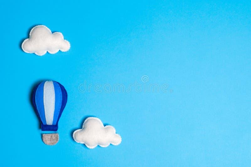 Gorące powietrze balon w niebieskim niebie z chmurami, copyspace Ręcznie robiony filc zabawki fotografia royalty free