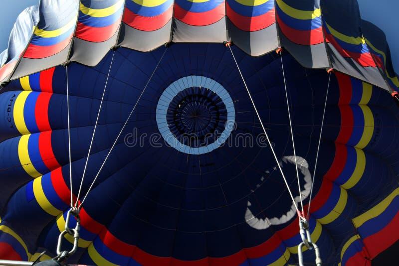 Gorące powietrze balonu baldachim zaczyna deflate blisko Goreme w Cappadocia w Turcja obraz stock