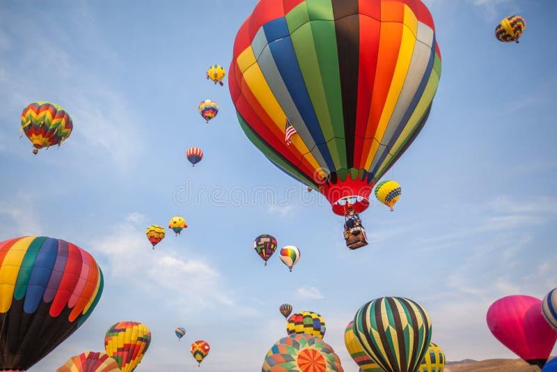 Gorące powietrze balony z niebieskiego nieba i chmur tłem obrazy royalty free