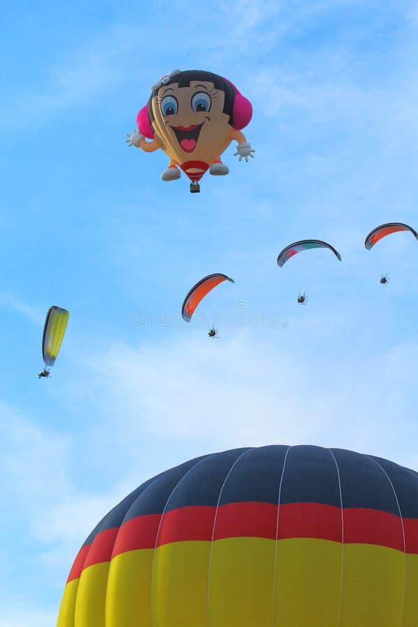 Gorące powietrze paragliders i balony fotografia stock