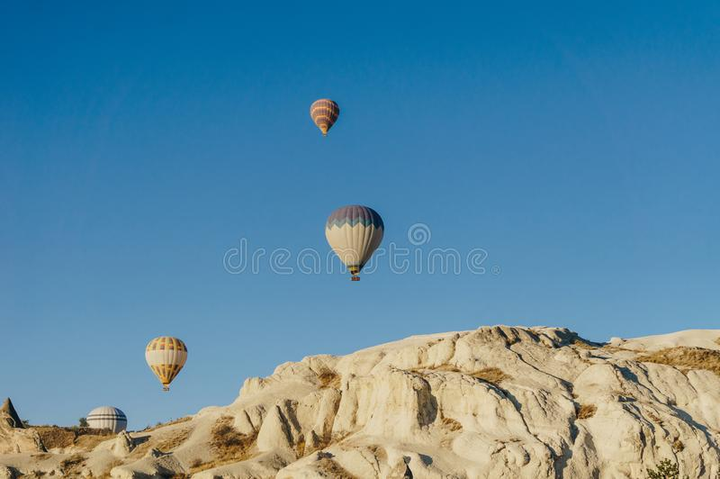 Gorące powietrze szybko się zwiększać festiwal w Goreme parku narodowym, czarodziejscy kominy, obraz royalty free