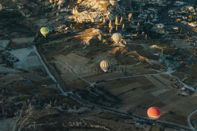 Gorące powietrze szybko się zwiększać festiwal w Goreme parku narodowym, czarodziejscy kominy, obraz stock
