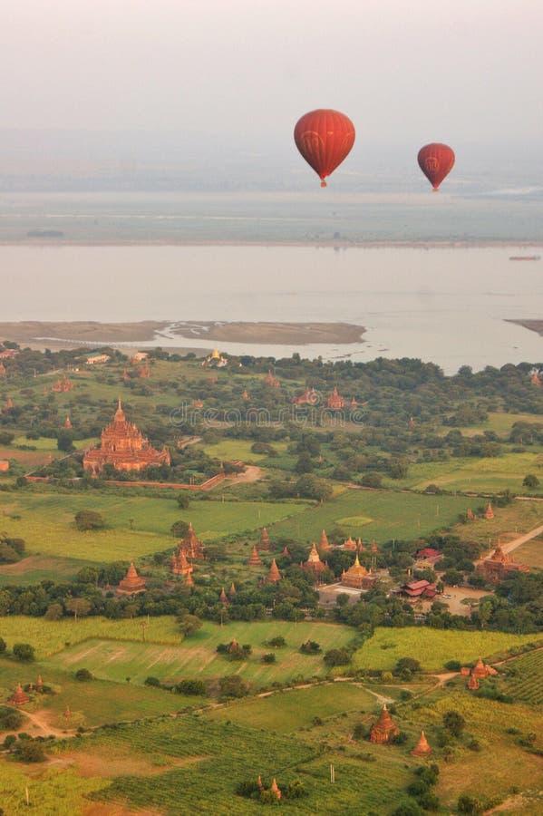 Gorące powietrze szybko się zwiększać nad Bagan, Myanmar fotografia royalty free