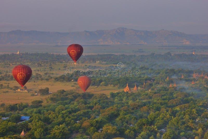 Gorące powietrze szybko się zwiększać nad Bagan, Myanmar obrazy royalty free