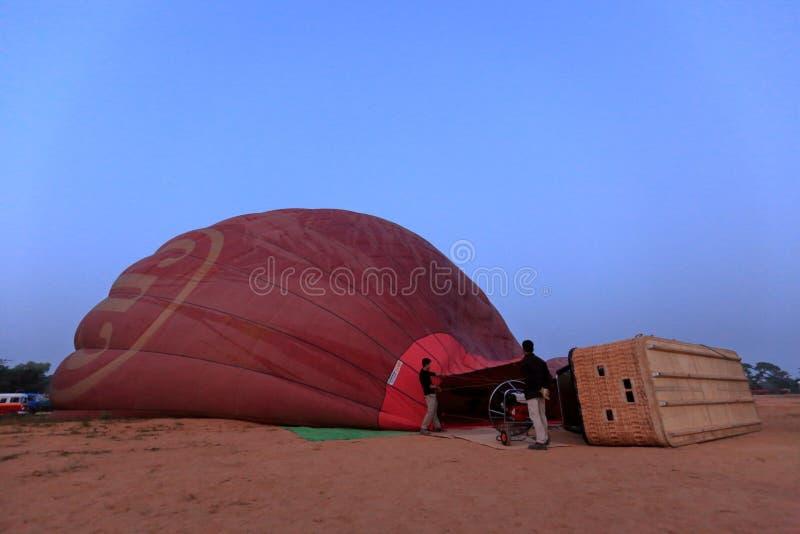 Gorące Powietrze Szybko się zwiększać nad Bagan w Myanmar zdjęcie stock
