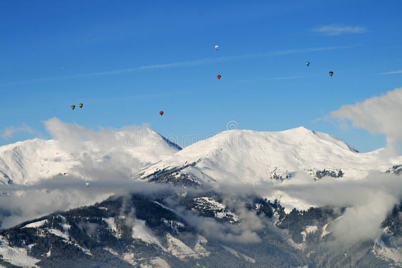 Gorące powietrze szybko się zwiększać nad wierzchołkami góry fotografia royalty free
