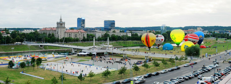 Gorące powietrze szybko się zwiększać w Vilnius centrum miasta fotografia stock