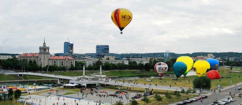 Gorące powietrze szybko się zwiększać w Vilnius centrum miasta zdjęcia royalty free