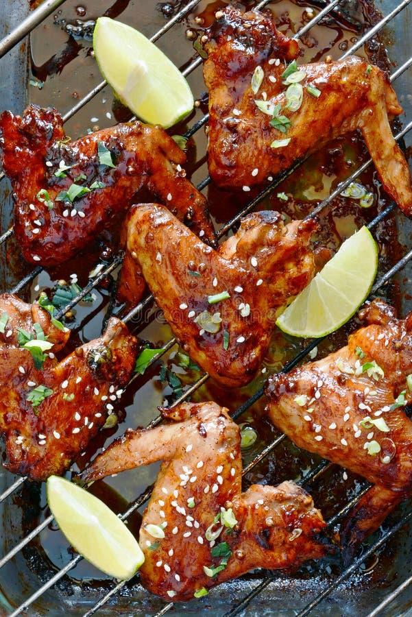 Gorące skrzydełka kurczaka bawole z sosem sojowym z zieloną cebulą i wapnem Przekąska z paska apetycznego Tradycyjne danie ameryk fotografia stock