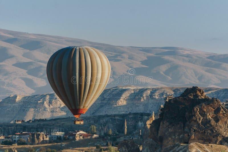 Gorącego powietrza balonowy latanie w Goreme parku narodowym, czarodziejscy kominy, fotografia stock