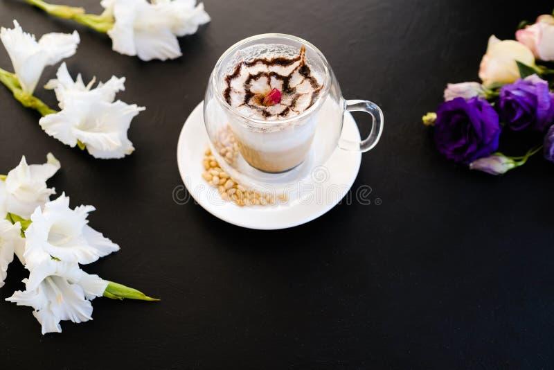 Gorącego wyśmienicie cappuccino kawowy ciemny tło zdjęcie stock