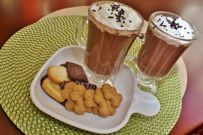 Gorącej czekolady i piernikowych mężczyzna ciastka obraz stock