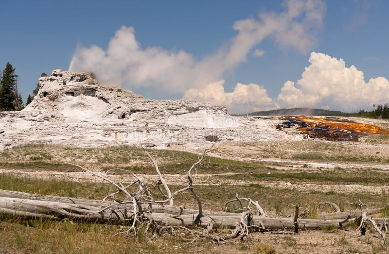 Gorącej Wody kontrpara i kopalina cios Z Yellowstone gejzeru obraz royalty free