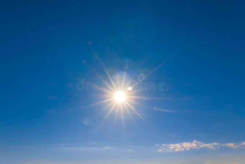 Gorący błyskotania słońce na niebieskim niebie zdjęcie stock