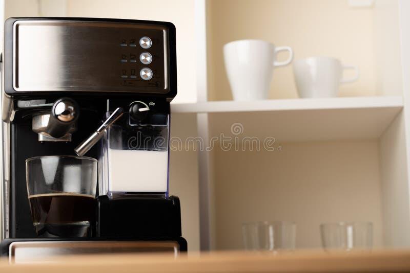 Gorący cappuccino, lat w filiżance Przygotowywa odświeżenie, krzepiąca kawa w szklanej przejrzystej filiżance fotografia stock