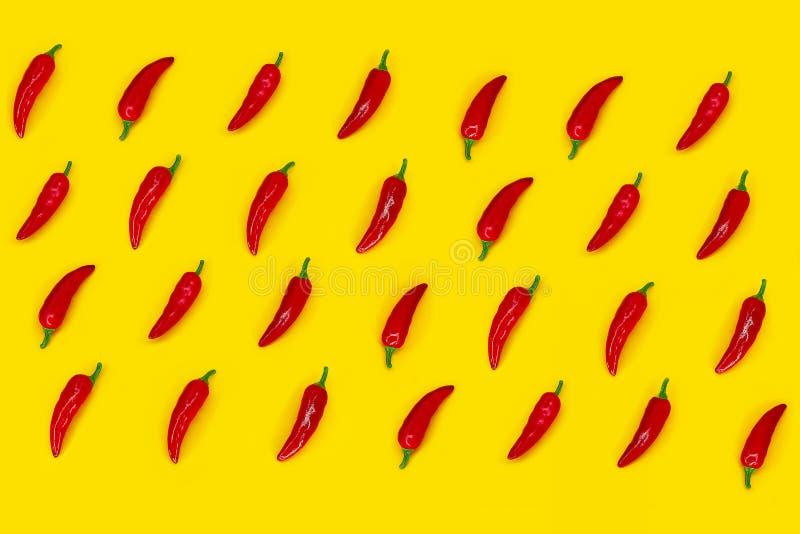 Gorący chili pieprzy wzór na żółtym tle Mieszkanie nieatutowy fotografia stock