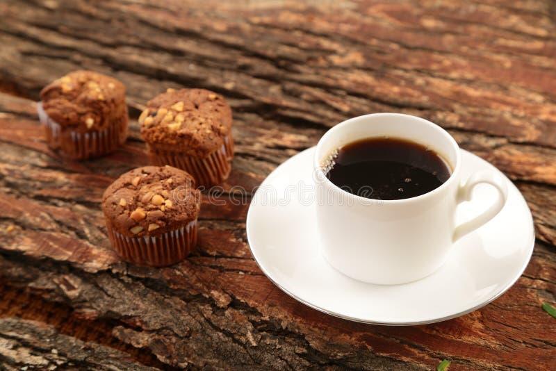 Gorący czarnej kawy i czekolady muffins zdjęcie royalty free
