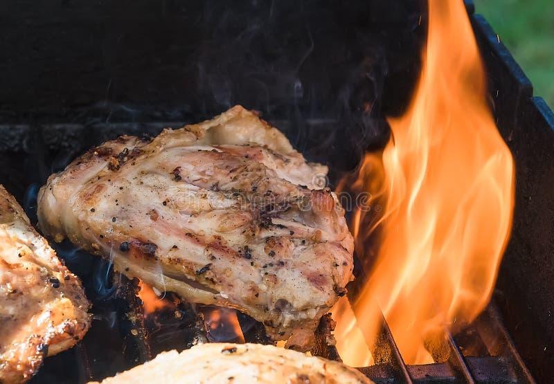 Gorący grilla kurczak w ogieniu na Barbque zdjęcie royalty free