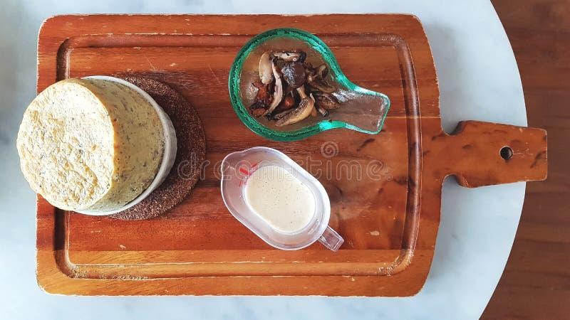 Gorący i miękki Souffle słuzyć z pokrojonymi shiitake pieczarkami i mleko sosem obrazy royalty free