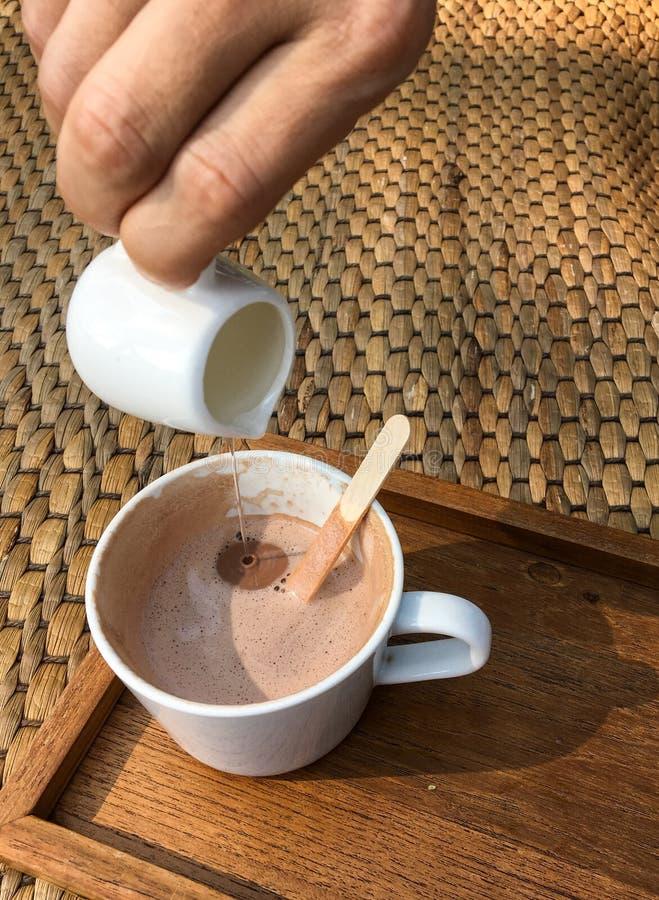 Gorący kakao na drewnianym przy kawiarnią obraz stock