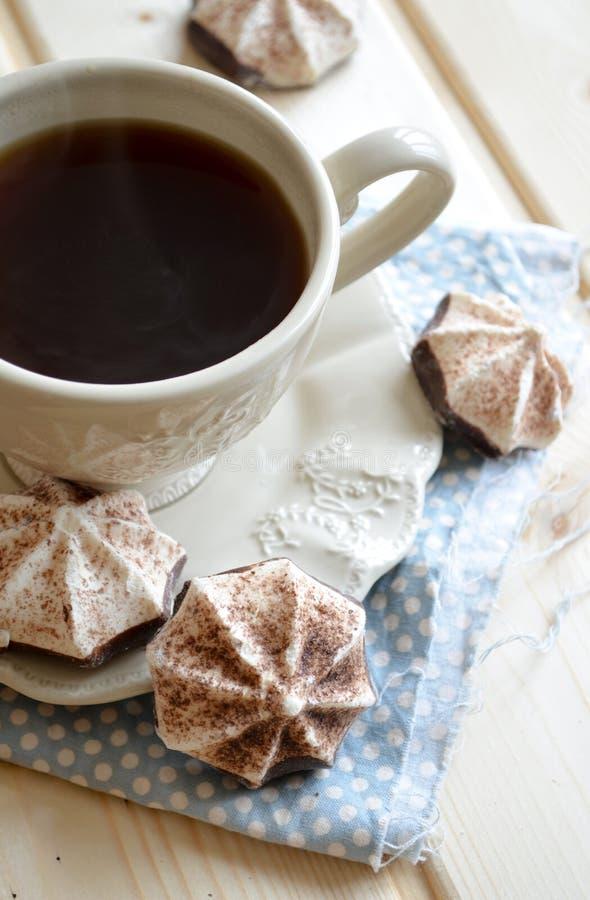 Gorący kakao z marshmallows na drewnianym stole obraz royalty free